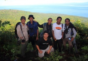 Great_team_of_Malia_Tours_on_Kokolomboi_mountain_Peleng_island_Central_Sulawesi.JPG