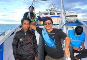 Malia_Tours_team_is_in_the_boat_to_Peleng_Island_Central_Sulawesi.JPG